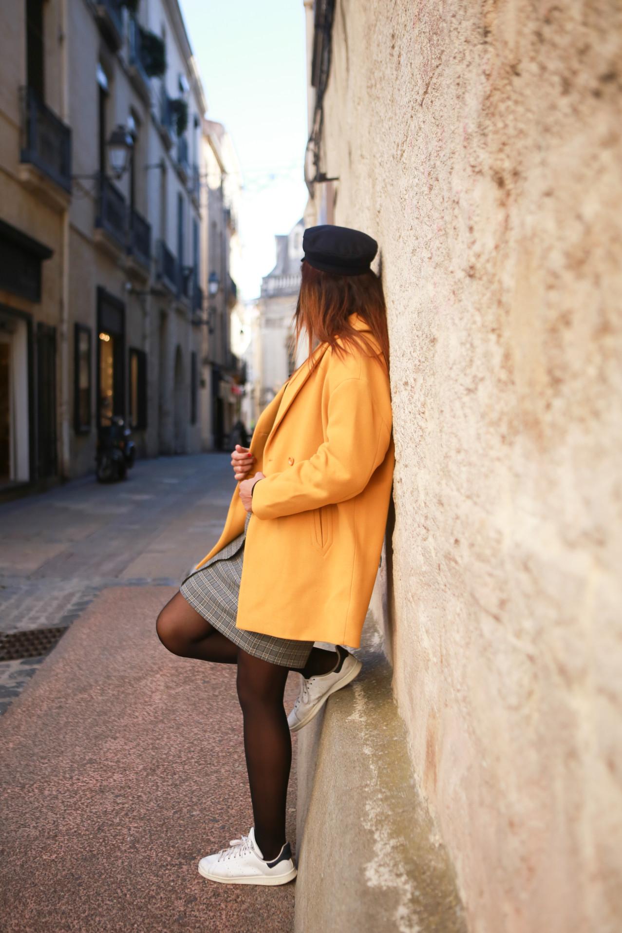 look-manteau-jaune-profil