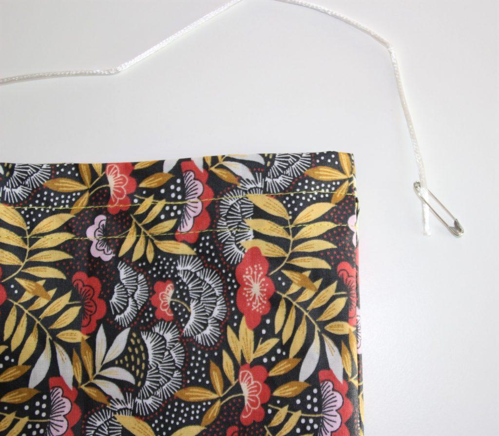 comment-faire-passer-une-corde-dans-un-tissu